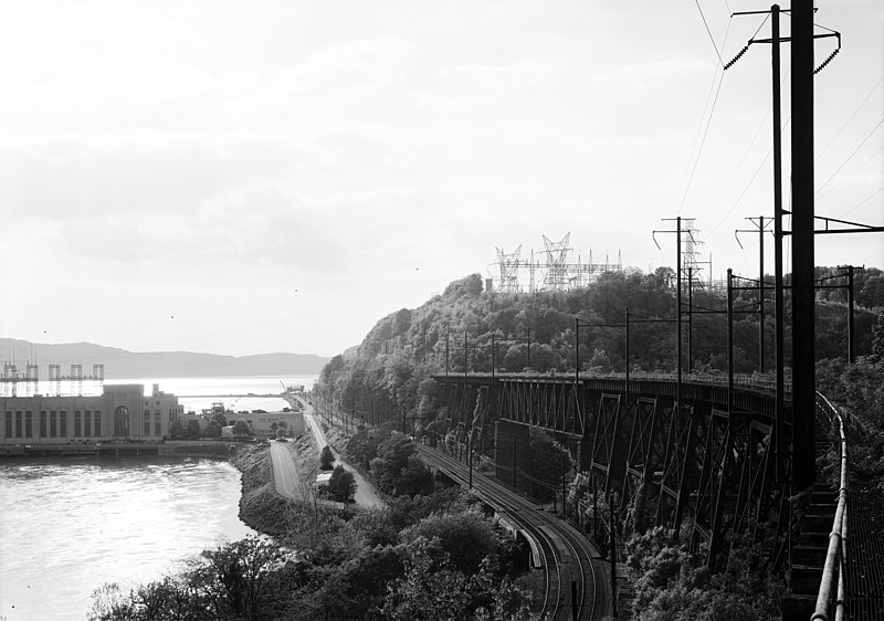 800px-Oblique_view,_looking_WNW_from_south_end_of_upper_level,_with_safe_harbor_dam_powerhouse_at_left._-_Pennsylvania_Railroad,_Safe_Harbor_Bridge_(cut)